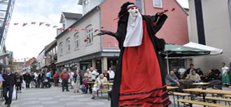 홀스테브로에서 거리공연중인 오딘극단
