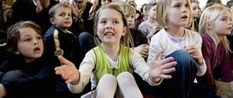 4월축제에서 공연을 관람하는 아이들