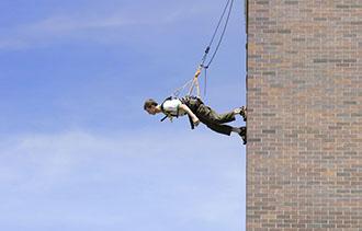 트리샤 브라운의 <워커 건물벽을 걷고 있는 남자>ⓒGene Pittman