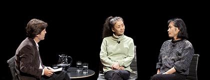 에리코(Eiko)&코마(Koma) 듀오와 대화하는 필립 바이터ⓒAndy Underwood-Bultmann
