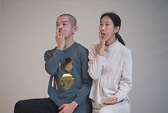 'WORKS AT WORK: duo works' 페스티벌에 참여한 일본 네지 피진(Pijin Neji)과 한국 임지애의 듀오 퍼포먼스 < Reprise >(2014). ©Kazuyki Matsumoto