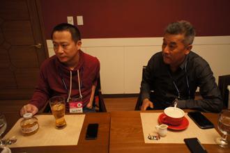 인터뷰중인 샤오 저후이(좌), 푸 웨이보(우)
