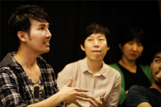 Producer Wasurat Unaprom moderated a round-table discussion at Thong Lor Art Space ⓒTheNation